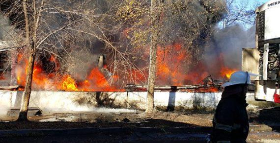 Пожар на складе в Бишкеке. Огонь перекинулся на соседний дом