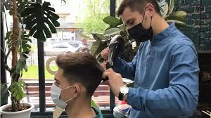 Костромской парикмахер начал марафон стрижек в течение двух суток без перерыва