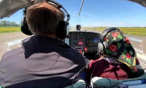 Девяностолетняя женщина стала звездой сети, сев за штурвал самолета