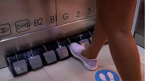 Жители Тайланда переходят на ножное управление лифтами