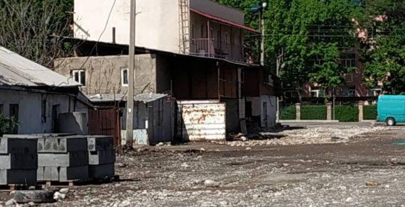 В Бишкеке продолжается демонтаж незаконных объектов
