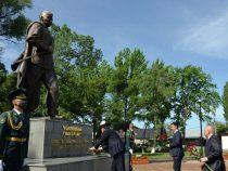 В Бишкеке открыли парк и памятник Чолпонбаю Тулебердиеву