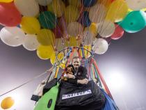 Мужчина на связке воздушных шаров пролетел более 300 километров
