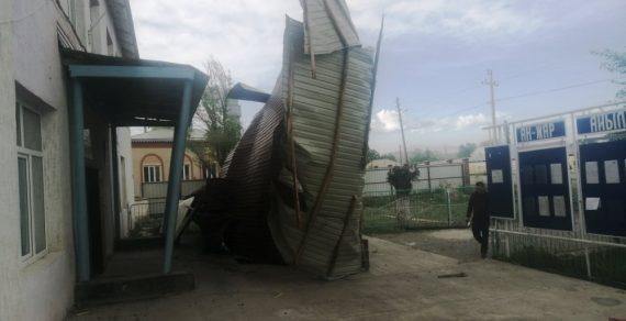 Сильный ветер в Нарынской области снес кровли нескольких объектов