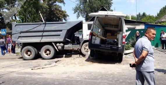 В Бишкеке столкнулись грузовик и машина Скорой помощи