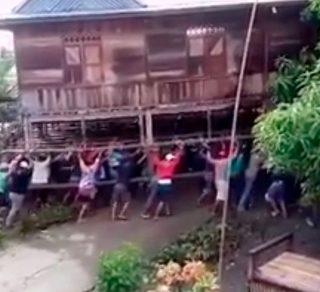 В Индонезии жители перенесли на руках трехэтажный дом