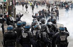 Столкновения протестующих с силами безопасности в Париже