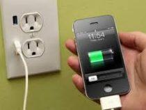 Эксперт объяснил, как не стоит заряжать смартфоны