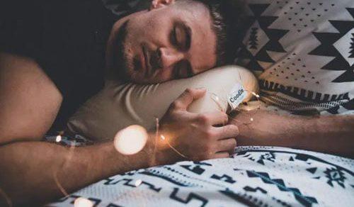 Создана подушка, которая не позволяет рукам затечь и онеметь
