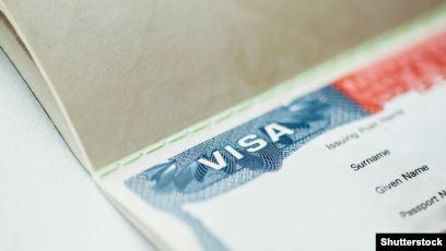 США приостанавливают выдачу рабочих виз и грин-карт до конца года