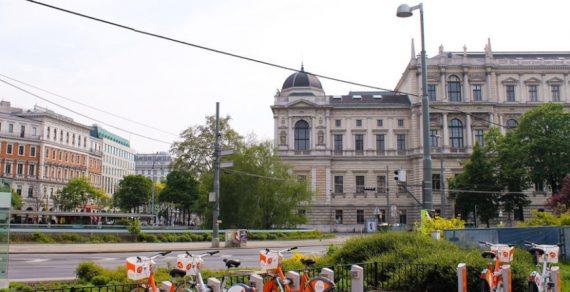 Жители Вены получили от мэрии ваучеры для похода в ресторан