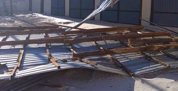 В Жалал-Абаде сильный ветер снес кровли многоэтажки и школы