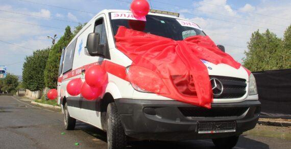 Жители Кызыл-Кии подарили больнице города машину скорой помощи