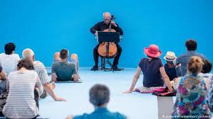В Германии виолончелист дал концерт на дне бассейна
