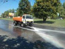 Разошлись не на шутку: В Киеве коммунальщики поливали дороги после дождя