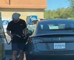 Американец пытался заправитьэлектрокар TeslaModel 3 бензином