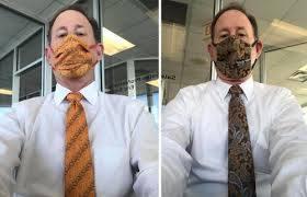 Модник подбирает защитные маски под цвет галстуков