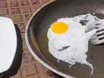 Воспользовавшись жаркой погодой, мужчина приготовил себе яичницу