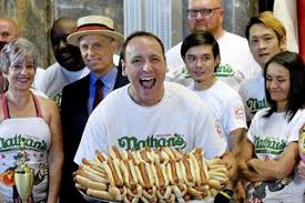 В США мужчина побил мировой рекорд по поеданию хот-догов