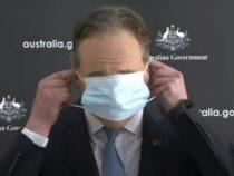 В Австралии министр оконфузился при попытке надеть маску