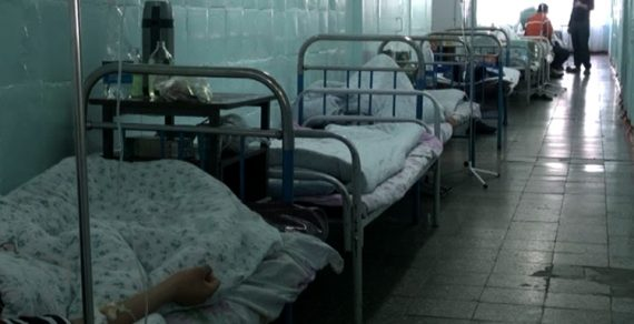 Вбольницах Бишкека нет свободных мест. Что делать людям, никто незнает
