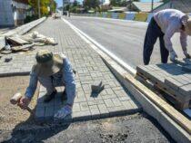 В Бишкеке ведутся работы по строительству тротуаров
