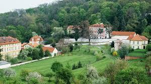 Власти Праги запретили курить в парках, садах, а также лесах и скверах города
