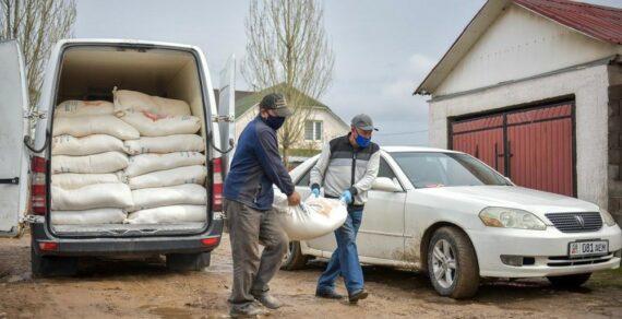 В Ошской области малоимущим семьям раздают муку
