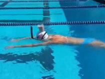 Спортсменка проплыла 50 метров со стаканом молока на голове