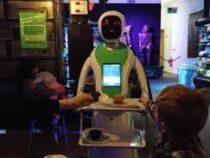 Роботы-официанты обслуживают гостей в британском ресторане
