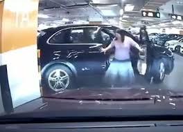 Женщина на парковке повредила чужой автомобиль и оторвала у своего дверь