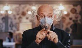 Концерты в коронавирус: дирижер изобрел маску для прослушивания музыки