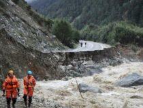 Участок дороги Каракол – Энильчек смывает водный поток с грязью