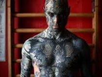 Детям снятся кошмары: во Франции из детского сада уволили воспитателя из-за татуировок