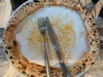 Пицца, съеденная варварским способом, ужаснула многих ценителей итальянской кухни