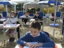 В Италии школьников будут обучать на пляже: парты стоят прямо на песке
