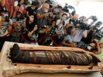 В Египте впервые вскрыли саркофаг с мумией, найденный в некрополе Саккара в Гизе