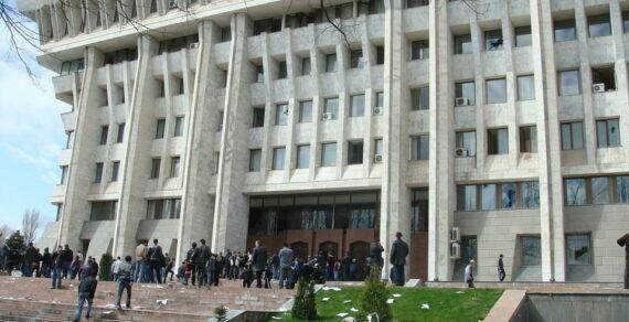 При захвате Дома правительства в Бишкеке похищены уникальные картины