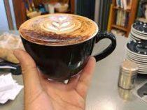 Кофейня предлагает людям начать делиться бодрящим напитком и хорошим настроением