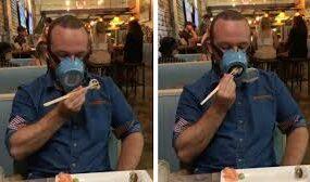 Новая автоматическая маска позволяет своему владельцу пить и есть
