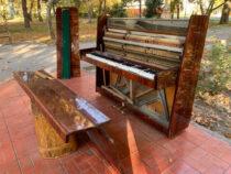 В сквере «Театральный» в Бишкеке снова сломали пианино
