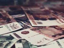Российская школьница притворилась богатой и разбросала 30 тысяч рублей с балкона
