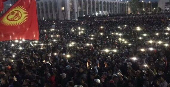 В Бишкеке протестующие захватили здание парламента и администрации президента