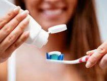 Стоматолог развеял миф о количестве зубной пасты для чистки зубов