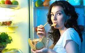 Диетологи определили самые вредные женские привычки в еде