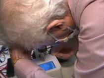 Изобретён робот, который помогает вставлять и вынимать контактные линзы