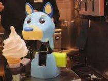 Роботизированные собаки и динозавр готовят мороженое для посетителей кафе