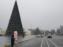 В столице продолжают наряжать новогоднюю елку