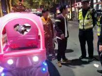 Китаянку остановила полиция – девушка ехала на игрушечной машине