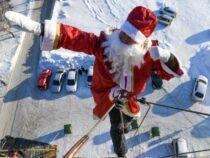 Деды Морозы – альпинисты поздравили маленьких пациентов